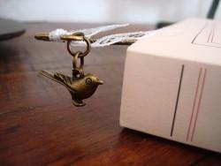 Signet au ruban et petit oiseau en métal doré