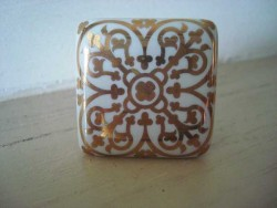 Bouton de porcelaine arabesques dorées aspect rétro
