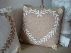 Coussin marque porte de forme carré coeur blanc