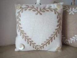 Coussin marque porte carré imprimé coeur beige