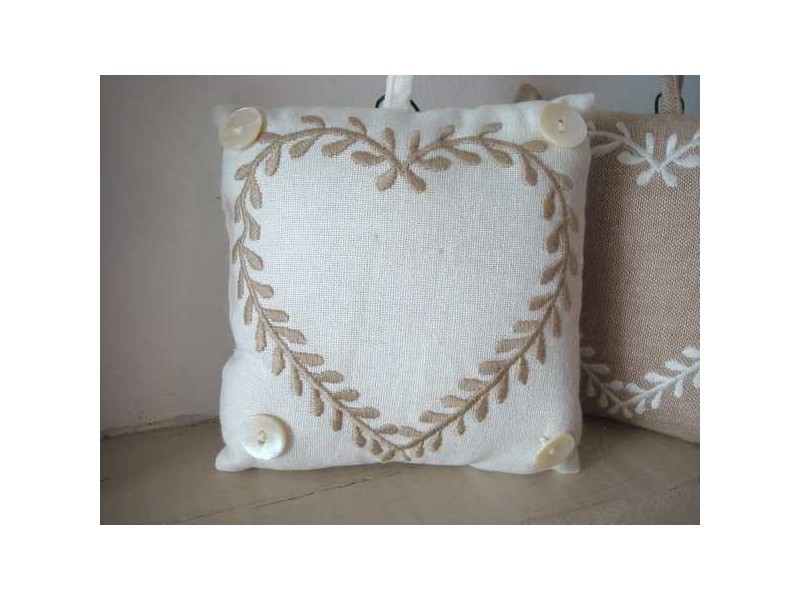 Coussin marque porte carré coeur beige