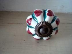 Bouton de porte festoné en porcelaine au coeur rouge