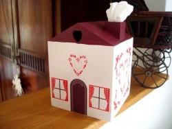 Boîte à mouchoirs en forme de maison aux coeurs