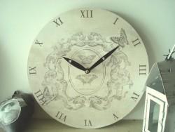 Horloge murale aux arabesques rétro et papillons