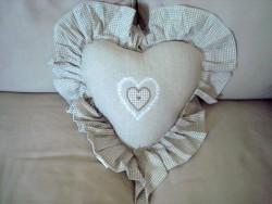 Coussin en forme de coeur brodé en coton beige