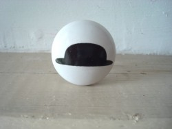 Bouton de porte en porcelaine orné d'un chapeau melon