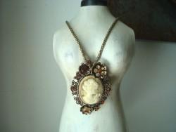 Collier sautoir pendentif camée beige, bijoux vintage