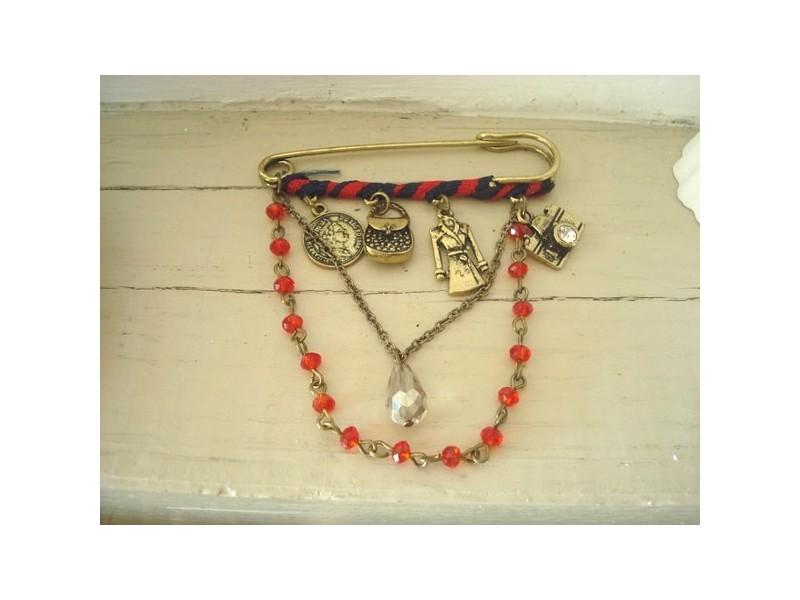 Broche à breloques et perles rouges
