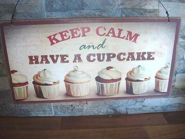 plaque en bois aux cupcakes pour cuisine d co vintage. Black Bedroom Furniture Sets. Home Design Ideas