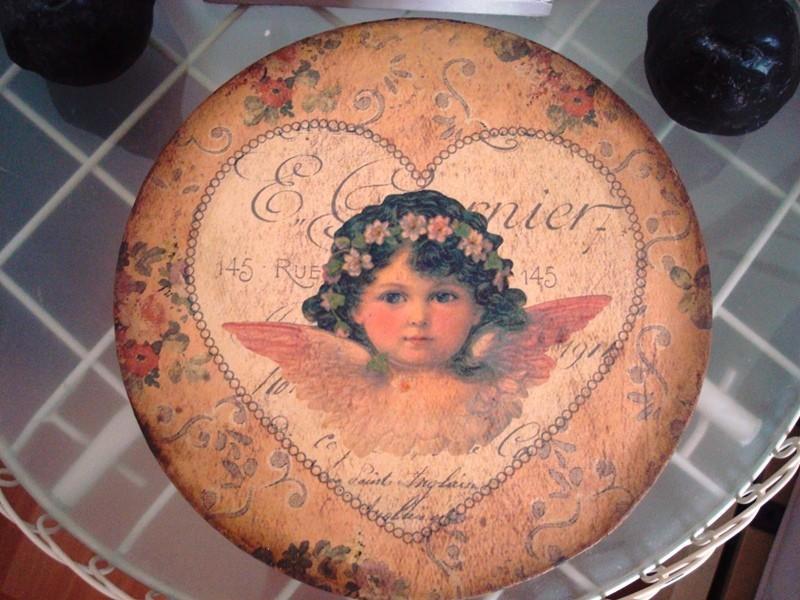 Boîte ronde au coeur et angelot brun style Gustavien