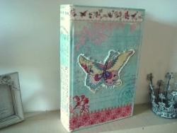 Boîte en forme de livre au décor papillon ambiance cosy
