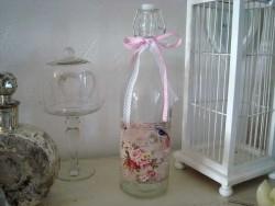Bouteille en verre au bouchon mécanique et étiquette fleurie