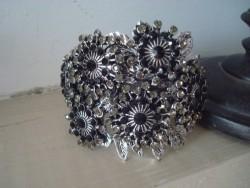 Bracelet manchette vintage fleurs en strass noirs