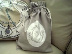 Sac à linge couleur taupe au médaillon anges style gustavien