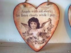 Suspension coeur en métal décorée d'un ange sépia