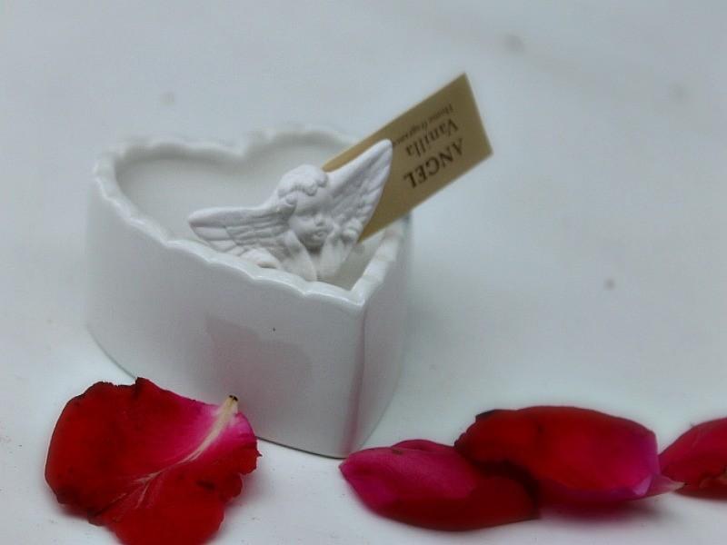 Bougie senteur vanille décorée coeur et ange, sur un air gustavien