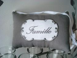 """Coussin plaque de porte à message brodé """"Famille"""" style cosy"""