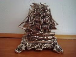 Porte courrier bateau historique en métal