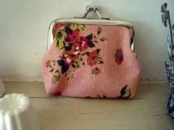 Petit porte-monnaie de couleur rose à fleurs