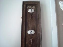 Meuble porte clés rétro en bois numérotés avec 5 crochets, style campagne