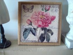 Tableau en toile de jute orné d'une rose style shabby chic