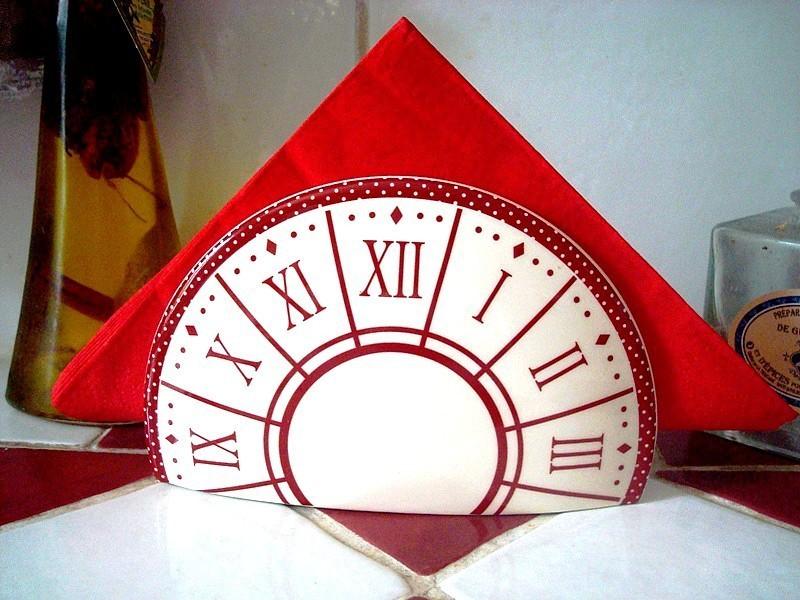 Range serviettes décoré d'une horloge vintage