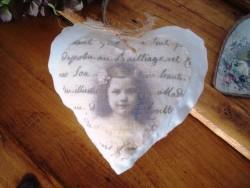Coussin marque porte fillette dans un coeur