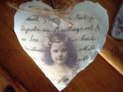 Coussin marque porte fillette dans un coeur, style cosy