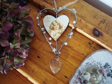Suspension coeur impression fillette et perles, style cosy