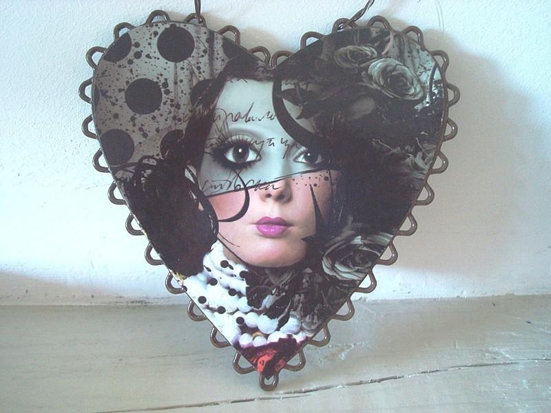 Suspension coeur décoré d'un visage style vintage
