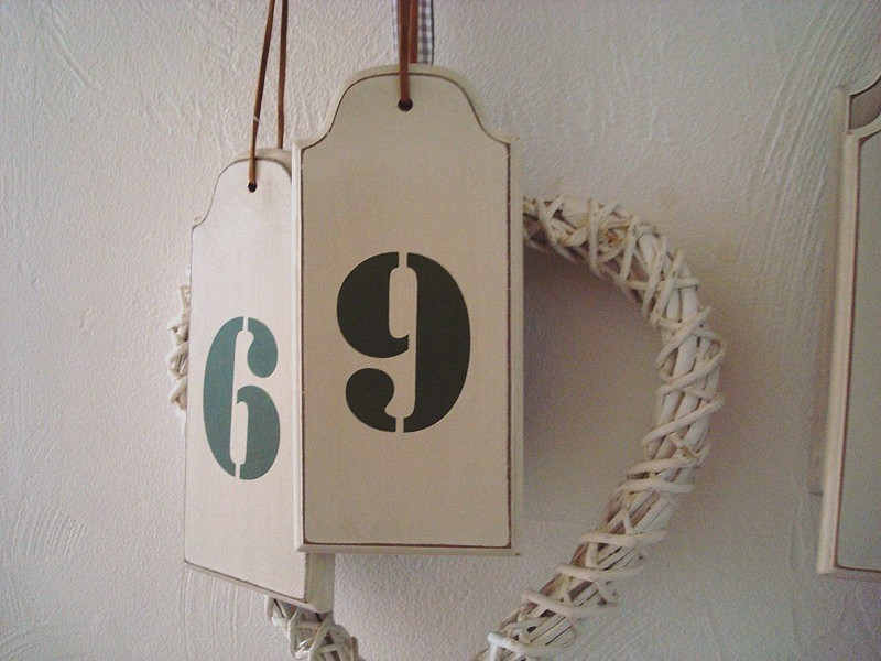 """Suspension """"Numéro 9"""" en bois beige ambiance rétro"""