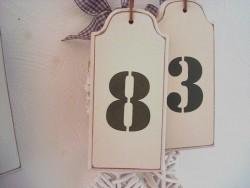 """Suspension """"Numéro 8"""" en bois beige style ancien"""