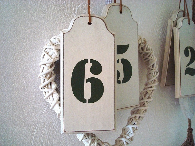 """Suspension """"Numéro 6"""" en bois beige style ancien"""