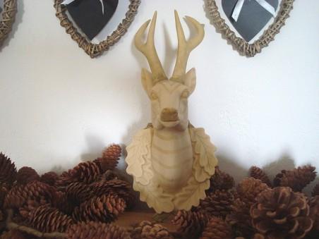 Tête de cerf beige clair, style chalet montagnard