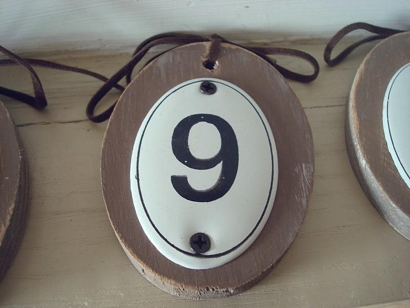 Numéro 9 en bois à suspendre aspect ancien