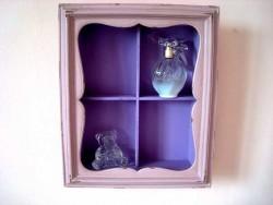 Vitrine de couleur rose et violette en bois, ambiance de charme