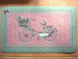 Tapis de sol rose et vert au décor bicyclette ancienne