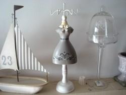 Porte bijoux en forme de mannequin robe grise