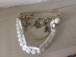 Broche fantaisie à breloques et perles blanches