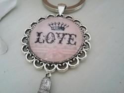 """Porte clés vintage au """"Love"""" couronné et pompon vieux rose"""