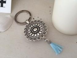 Porte clés vintage rond au Love couronné et pompon bleu