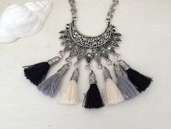 Collier ethnique original aux pompons noirs, gris et beiges