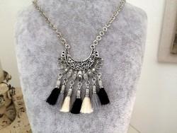 Collier ethnique fantaisie aux pompons noirs, gris et beiges