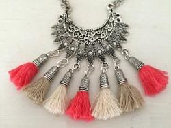 Collier ethnique pour femmes aux pompons corail, taupe et beige