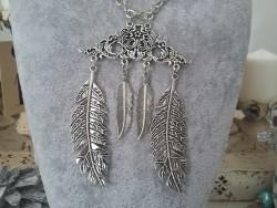 Sautoir fantaisie aux plumes et feuilles en métal
