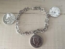 Bracelet fantaisie orné de pièces de monnaies