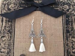 Boucles d'oreilles à breloque Tour Eiffel et pompon beige