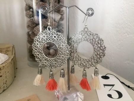 Boucles d'oreilles ethniques aux pompons blancs et abricot