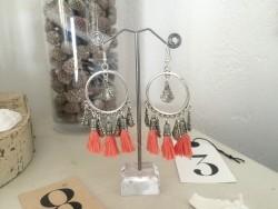 Boucles d'oreilles mini créoles aux pompons couleur abricot