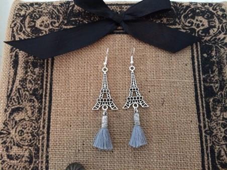 Boucles d'oreilles à breloque Tour Eiffel et pompon gris